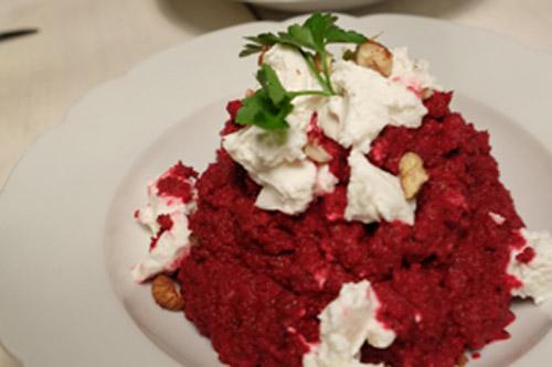 Rote-Bete-Püree mit Joghurt und Ziegenfrischkäse