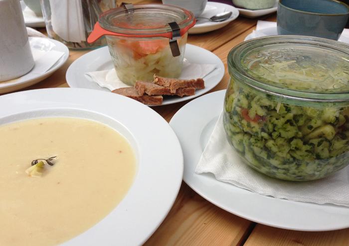 Pastinakensuppe mit Apfel und Thymian, Spätzle mit Pesto und Bergkäse, Fenchel-Orangen-Salat mit gebeiztem Lachs