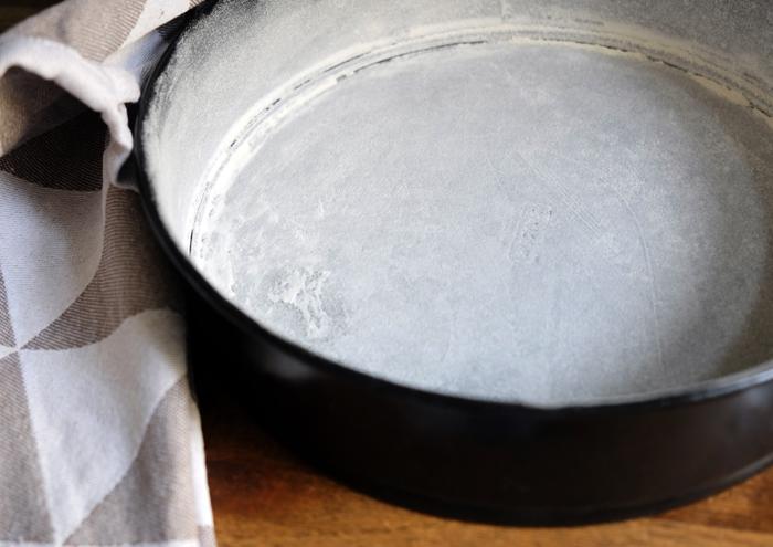 Form mit Fett einreiben und mit Mehl bestäuben
