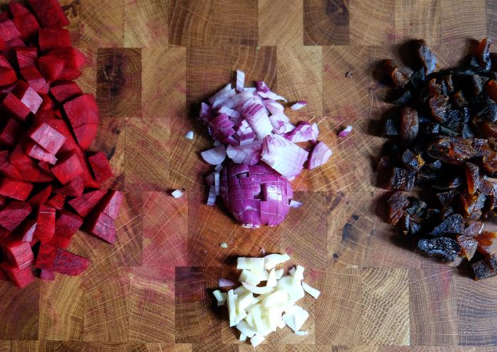 Rote Bete, Zwiebeln, Knoblauch und Aprikosen würfeln