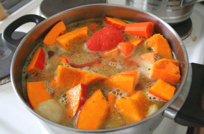 Das Gemüse mit der Brühe aufgießen