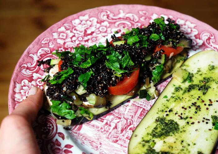 Sandwiches mit Gemüse und Quinoa belegen