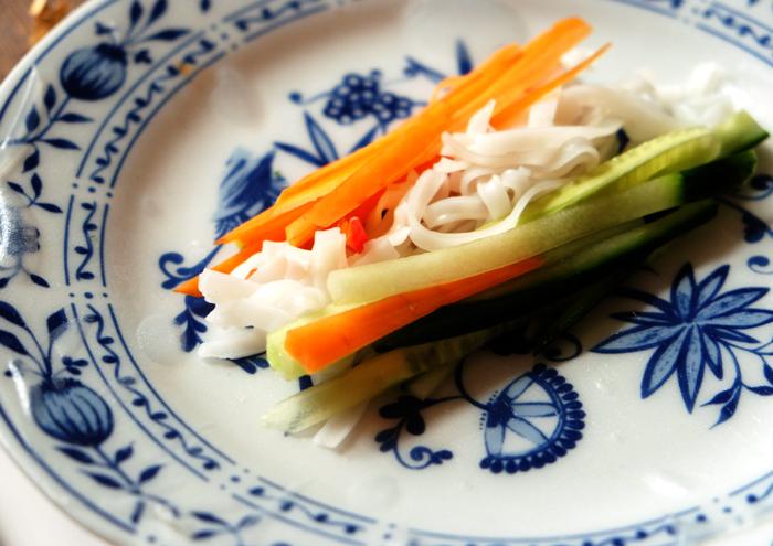 Gemüse und Reisnudeln in Reispapier einwickeln
