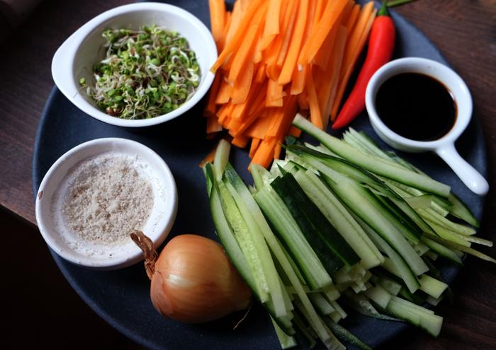 Gemüse in feine Streifen schneiden