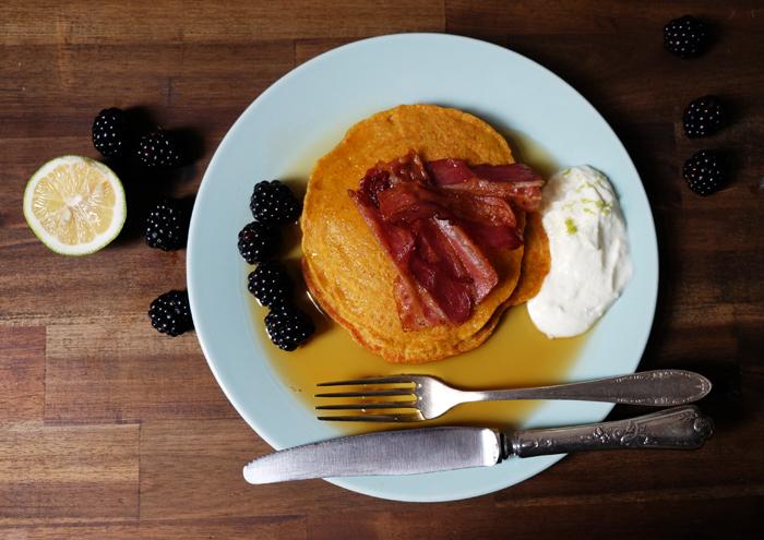 Kürbis-Pancakes mit Ahornsirup, Bacon und Brombeeren
