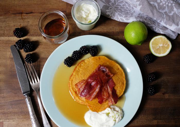Kürbis-Pancakes mit Bacon und Brombeeren