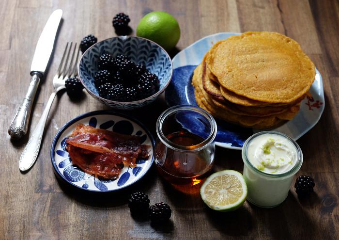 Kürbis-Pancakes mit Bacon, Brombeeren und Mascarpone-Creme
