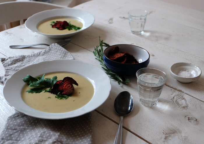 Pastinakensuppe mit Rote Bete Chips