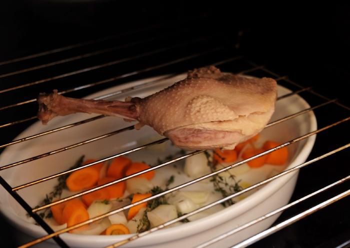 Gänsekeulen mit Fettpfanne in den Ofen