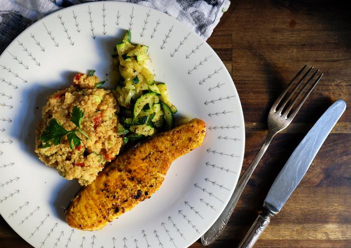 Couscous mit Zitrone abschmecken und mit Zucchini und Lachs servieren