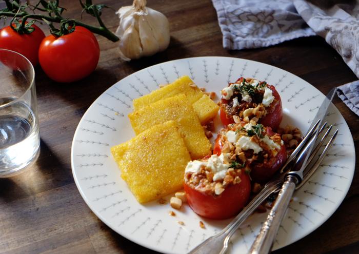 Mediterranes Mittag mit Polentaschnitten und gefüllten Tomaten