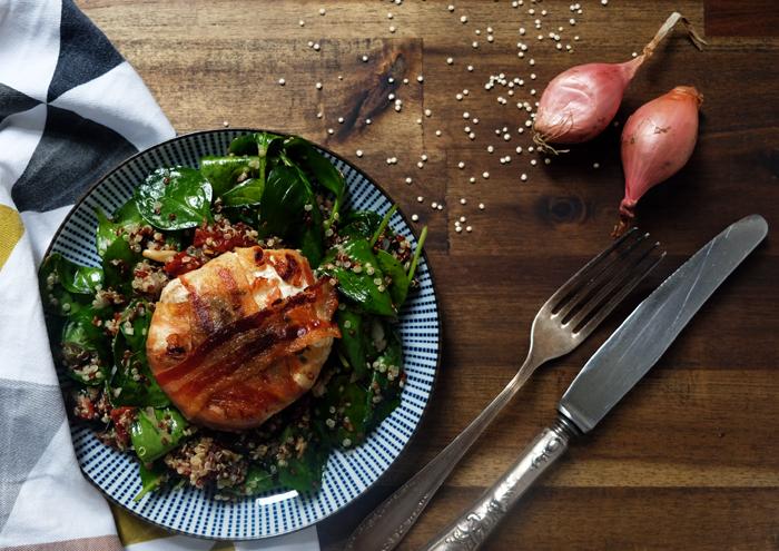 Würziger Quinoa-Salat mit Ziegenkäse im Pancetta-Mantel