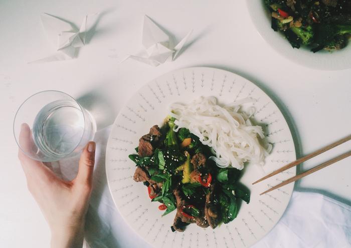 Fernweh mit Reisnudeln und asiatischer Brokkoli-Rindfleischpfanne