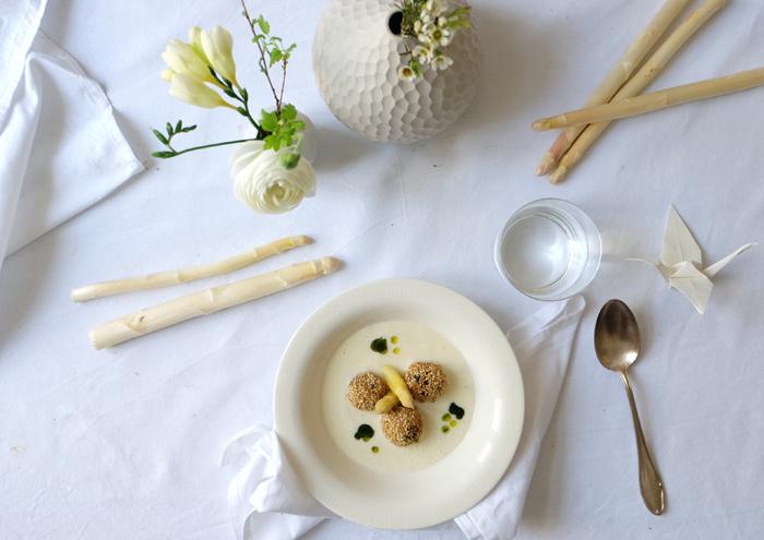 Suppe angießen und mit Spargelspitzen und Bärlauch-Öl garnieren