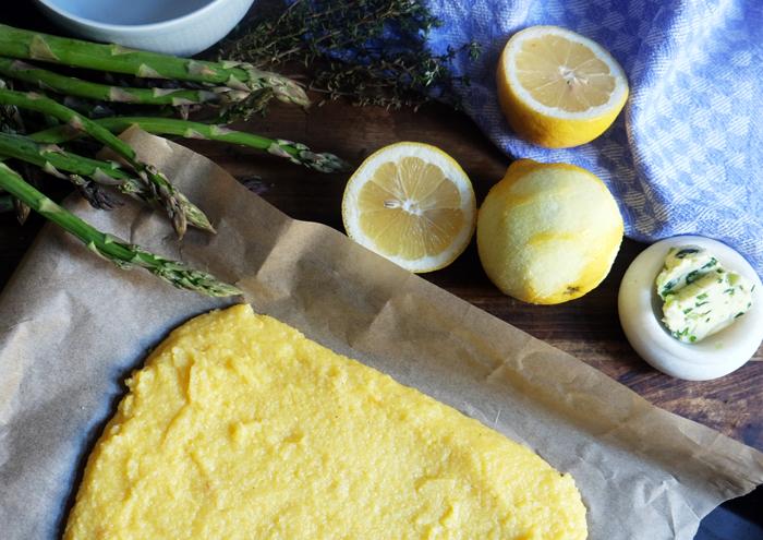Maisgrieß für die Polentaschnitten auf einem Backblech verteilen