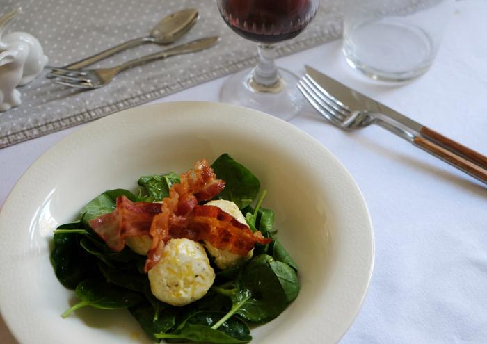 Ricottabällchen mit Spinat und Pancetta