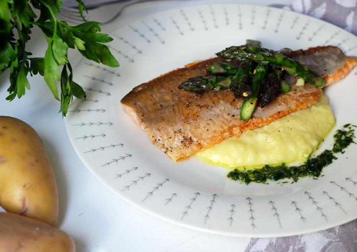 Saibingsfilet mit grünem Spargel, Kartoffelcreme und Kräuteröl
