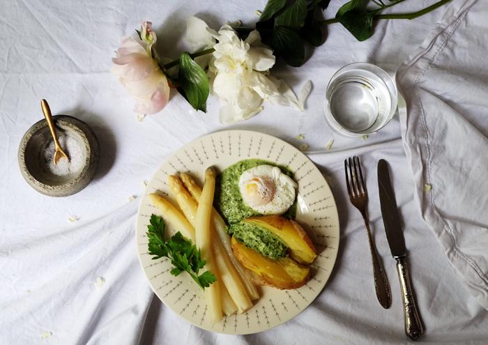 Sonntagsgericht: Grüne Sauce mit Kartoffeln, Spargel & pochiertem Ei
