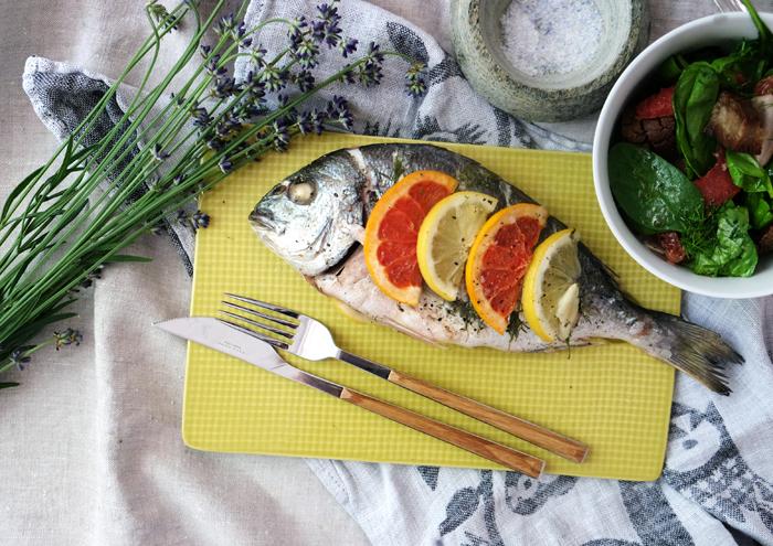 Dorade und Salat servieren