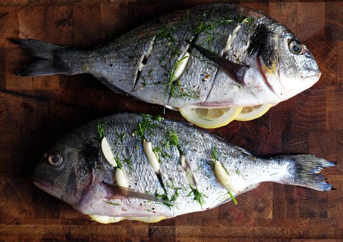 Fisch mit Kräutern und Knoblauch spicken