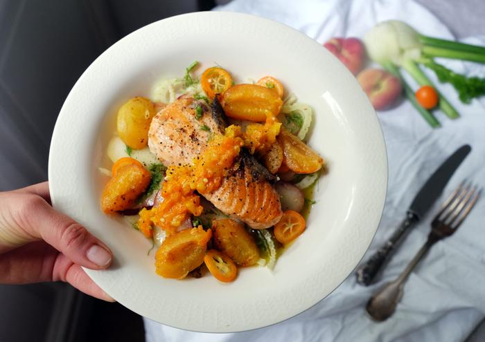 Sonntagsgericht: Gebratener Lachs auf Fenchel-Pfirsich-Salat mit Aprikosen