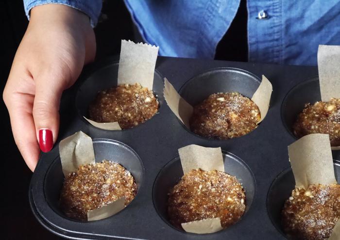 Nuss-Dattel-Mischung in Muffinformen geben