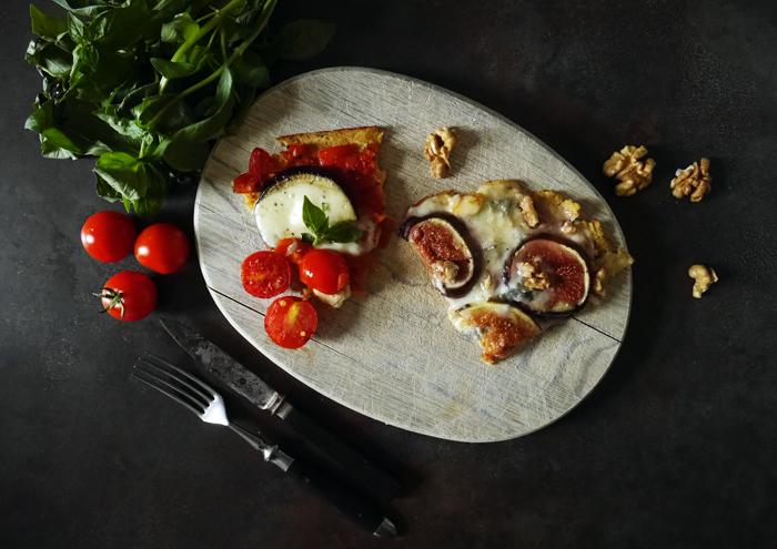Gemüse-Pizza mit Tomaten und Feigen