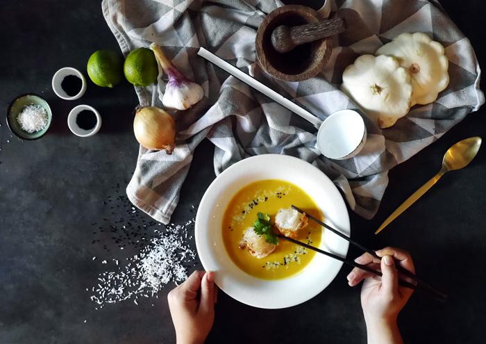 Sonntagsgericht: asiatische Kürbissuppe mit Garnelen in Reispapier