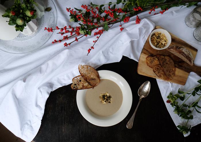 Pilzcremesuppe mit Mandeln und Kapern