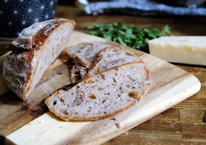 Brot in hauchdünne Scheiben schneiden