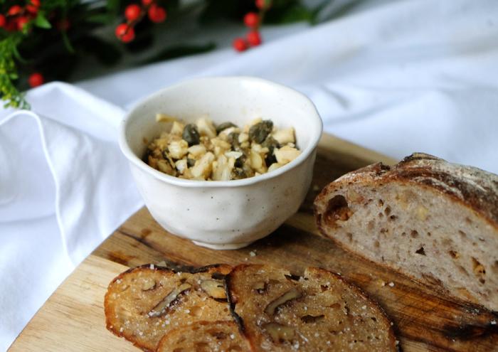 Knusprige Brotscheiben und geröstete Mandeln