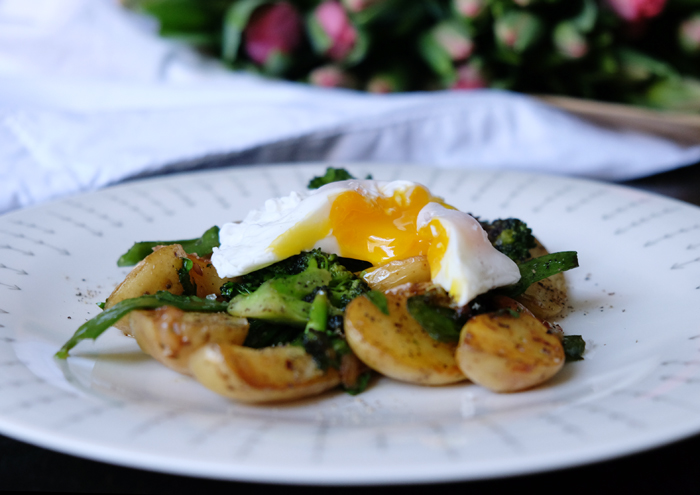 Pochiertes Ei auf knackigem Gemüse
