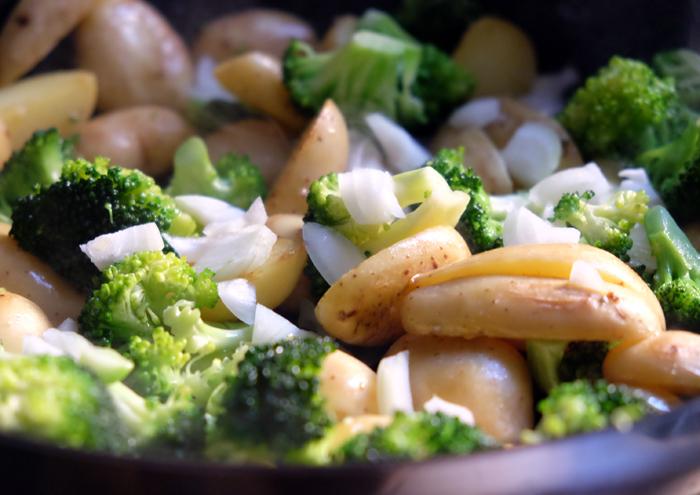 Brokkoli und Kartoffeln anbraten
