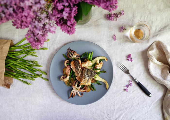 Gegrillter Kalmar mit Spargel und Fenchel