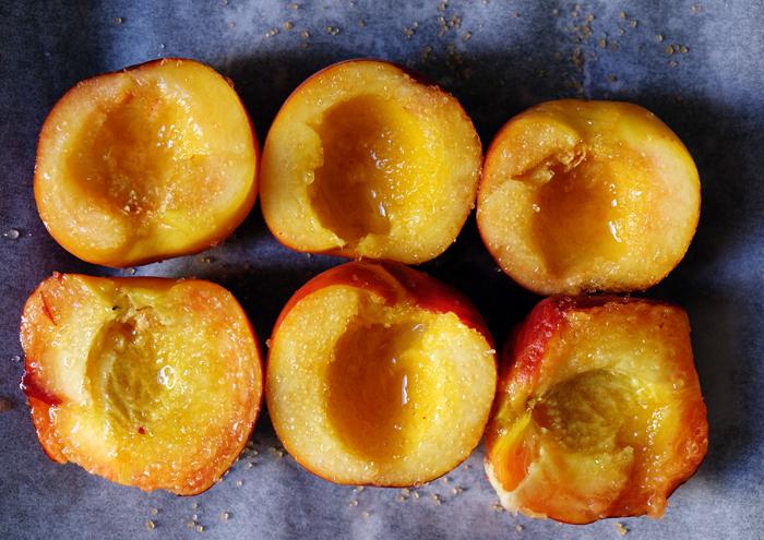 Pfirsiche mit Sirup und Zucker beträufeln