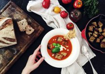 Sonntagsgericht: Tomatensuppe mit Pecorino-Chips