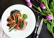 Sonntagsgericht: Saltimbocca mit Bärlauchpesto & Spargel-Salat