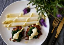 Sonntagsgericht: Spargel zum Brunch mit Kartoffelpuffer und Spinat