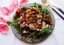 Sonntagsgericht: Sommersalat mit Spargel, Erdbeeren und karamellisierten Süßkartoffelwürfeln