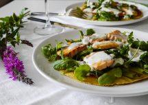 Sonntagsgericht: Herzhafte Pfannkuchen mit Lachs und Rucola