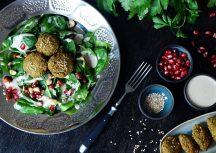 Sonntagsgericht: Falafel mit Spinatsalat und Tahinisauce