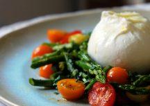 Sonntagsgericht: Schneller Spargelsalat mit Burrata