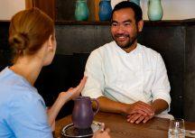 """""""Du musst am Tisch darum kämpfen, wenn du essen willst, was du magst"""" –Gaan vom Khao Taan"""