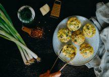 Vegetarische herzhafte Frühstücksmuffins für unterwegs