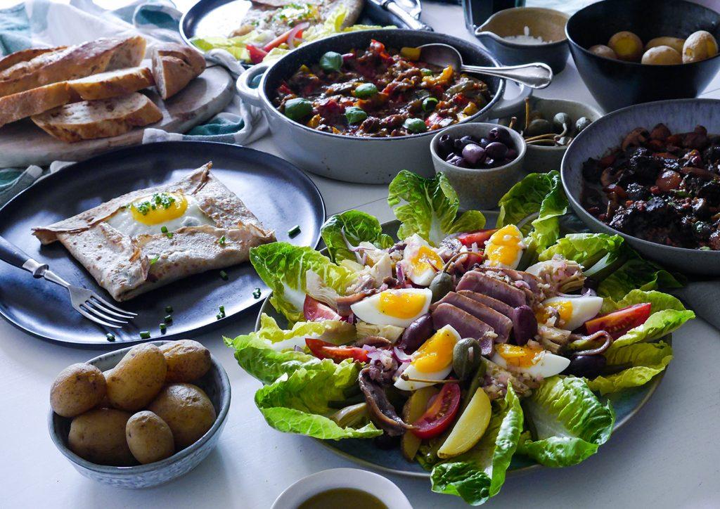 Französische Tafel mit Nizza Salat