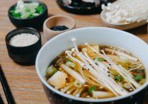 Vegane Miso-Suppe mit Pilzen und Seidentofu
